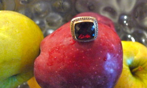 David Yurman Classic Ring with 18kt gold trimmings and a Garnet stone