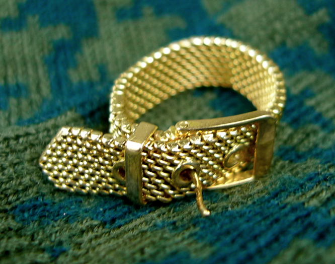 I love how smooth the gold is on this piece, which makes it easier to slide the buckle and adjust to different sizes.