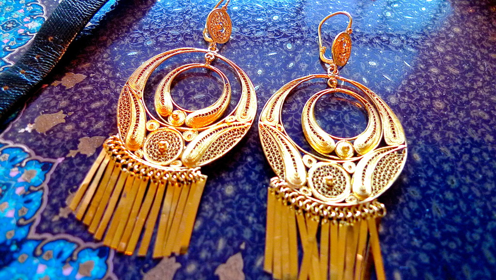 These 18kt vintage gold earrings have delicate filigree and wire detail on the top, along with fringes on the bottom. (est. circa 1970's).